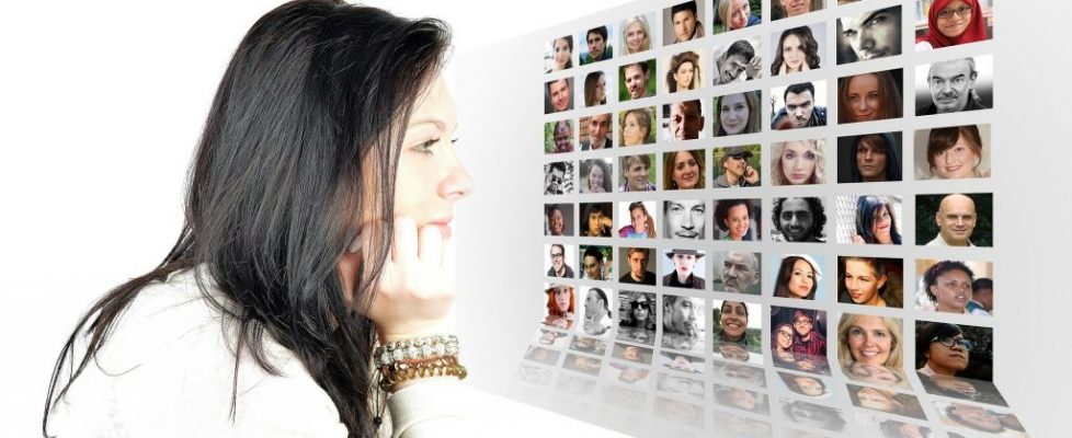 woman network contacts Pixabay-789146_1920